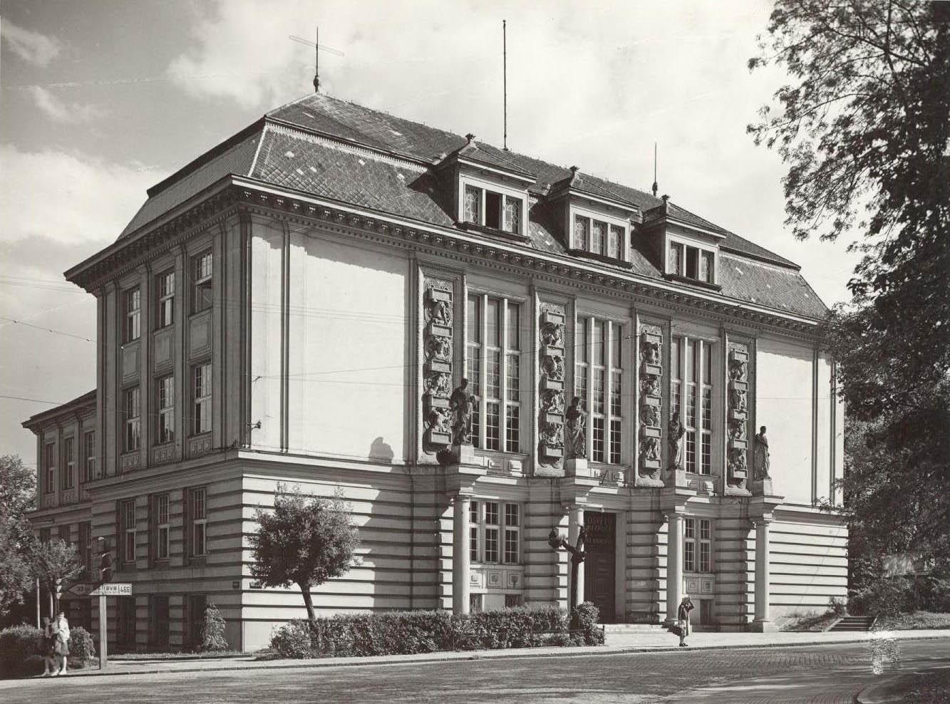 f2c0bcf0fd8 Severozápadní pohled na Městský dům kultury Petra Bezruče z roku 1958
